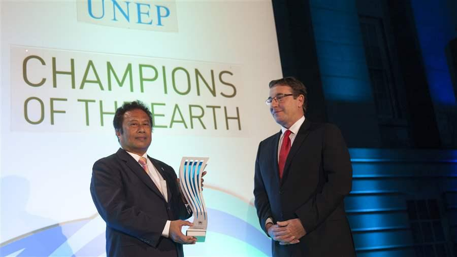 Palau President Tommy Remengesau receives UN environmental award